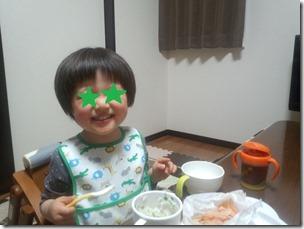 ごはんを食べる息子