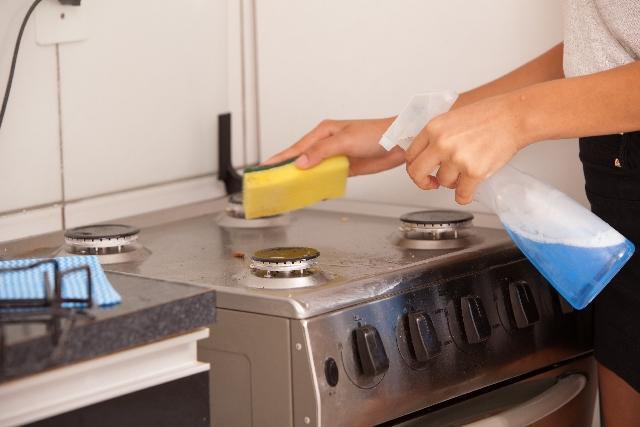 家事えもんの掃除術でキッチンペーパーがレンジ汚れや窓枠の黒カビを撃退